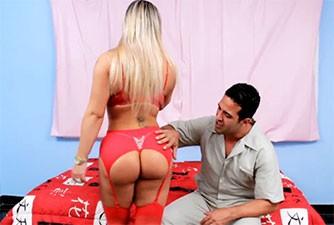 Loira de corpo escultural seduz homem casado