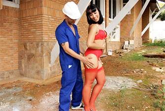 Pedreiro casado transa com sedutora na obra