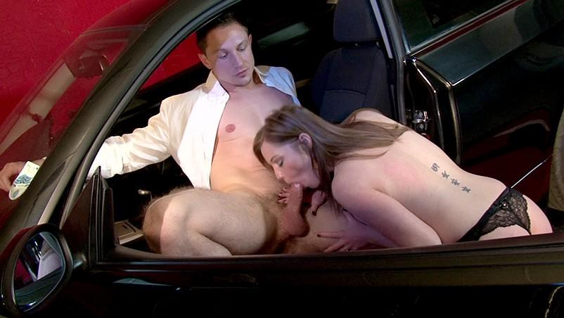Peituda chupando amigo no carro