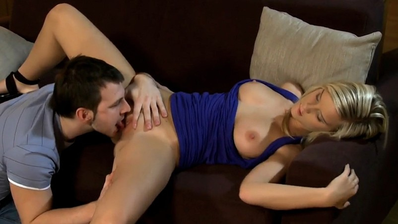 Linda loira ninfeta em cena de sexo anal