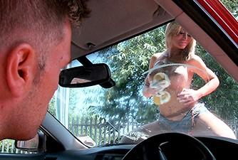 Loira lavando carro com seus enormes peitos