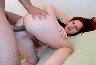 Ninfeta branquinha em cena de sexo anal