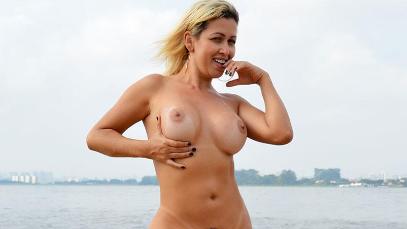 Sexo na ilha com a gostosa Mirella