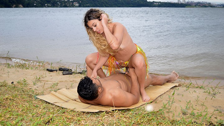 Fodendo a loira Patricia na beira da praia