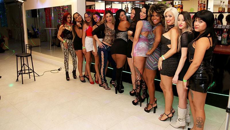 Suruba lésbicas no clube da Luluzinha