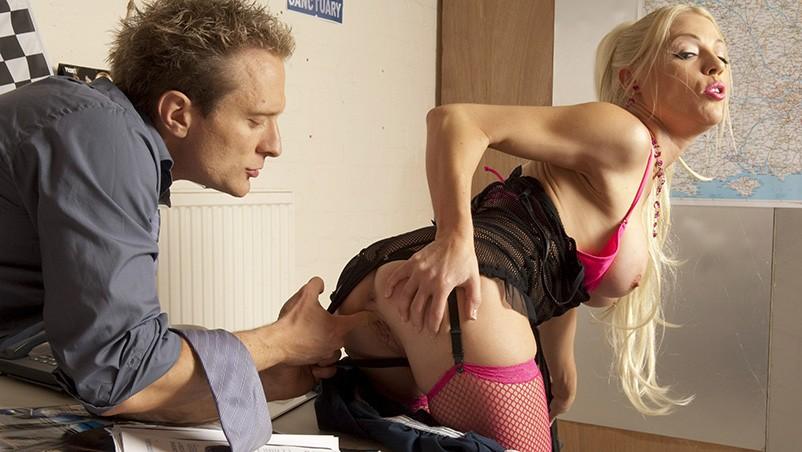 Patrão fudeo sua mecânica Cindy na oficina