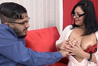 Milf peituda tirando a virgindade de seu enteado
