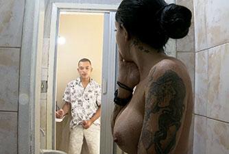 Enteado fudeo sua Madrasta gostosa no banheiro